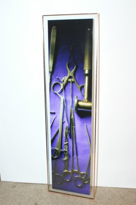 STRUMENTI CHIRURGICI - 2010 - STRUMENTI CHIRURGICI FOTOGRAFATI SU TAVOLO OPERATORIO CON LAMPADA SCIALITICA