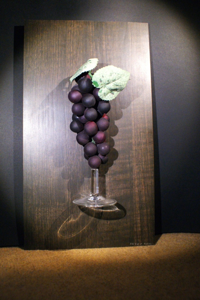 """""""succo di roccia"""" nebbiolo della valtellina - 2014 - grappolo d'uva sorretto da base di calice - il tutto su piastrella appendibile"""
